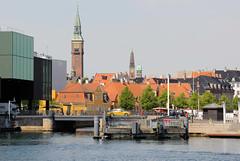 Blick über den Hafen zu Dächern und Türmen von Kopenhagen.