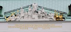 Detailbilder der Architektur Wiens - Allegorien, figürliche Darstellung von Handel und Handwerk.