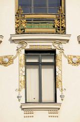 Detailbilder der Architektur Wiens - vergoldete Jugendstilornamentik, floraler Fassadenschmuck an der Linken Wienzeile - Entwurf Kolomann Moser.