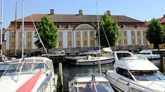 Sportboote / Motorboote liegen am Ufer des Christianshavns Kanal in Kopenhagen - in der Straße Overgaden Oven Vandet  das Verwaltungsgebäude der Hjemmeværnskommandoen.