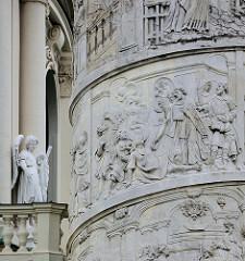 Detailbilder der Architektur Wiens  - Reliefsäule mit Engel, Karlskirche.