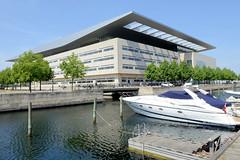 Motorboot / Sportboot am Steg im Hovedmagasingraven in Kopenhagen - Blick auf das modern Gebäude der Kopenhagener Oper, errichtet 2004 - Architekt Henning Larsen.