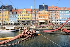 Blick über den 1673 fertig gestellten Kanal Nyhavn im Zentrum von Kopenhagen - Museumsschiffe erinnern an den ehemaligen Handelshafen der jetzt mit den farbenfrohen Giebelhäusern aus dem 18. und 19. Jahrhundert als Sehenswürdigkeit der Stadt gilt.