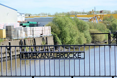 Bilder aus dem Hamburger Stadtteil Billbrook - Schriftzug Tidekanalbrücke im Brückengeländer.