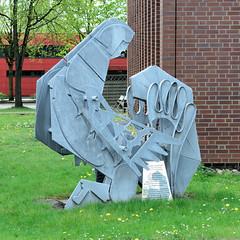 Fotos von Hamburgs Stadtteil Billbrook, Bezirk Hamburg Mitte - Stahlkunstwerk eines rettenden Feuerwehrmannes vor dem Gebäude der Hamburger Feuerwehrakademie.