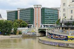 Mündung vom Wienfluss in den Donaukanal - Blick das Verwaltungsgebäude des Bundesministeriums für Gesundheit und Frauen in Wien - errichtet 1986,  Architekten Mag. Dr. Peter Czernin.