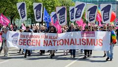 Demonstration Ein Europa für alle am 19.05.2019 mit   ca. 12 000 TeilnehmerInnen in der Hansestadt Hamburg. Spitze des Demonstationszuges mit Transparent, Schildern und Luftballons.