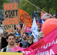 Demonstration Ein Europa für alle am 19.05.2019 mit   ca. 12 000 TeilnehmerInnen in der Hansestadt Hamburg. Demonstrationszug mit Fahnen, Transparenten und Schildern - Herz statt Hetze.