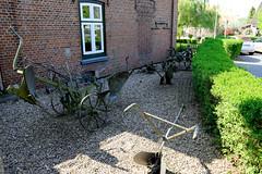 Fotos aus der Gemeinde Bönnigstedt - Kreis Pinneberg - Metropolregion Hamburg. Landwirtschaftlichen Geräte im Vorgarten vom Bönningstedter Heimatmuseum.
