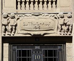Bilder vom Neuen Wall - Stadtteil Hamburg Neustadt. Eingang mit Schriftzug Gutruf-Haus, Jahreszahl 1915 und Putten - historisches Kontorhaus, Architekten Max und Franz Bach.