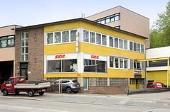 Fotos aus dem Hamburger Stadtteil Borgfelde - Bezirk Hamburg Mitte.  Gewerbegebäude mit gelber Kachelfassade in der Anckelmannstraße.
