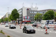 Fotos aus dem Hamburger Stadtteil Borgfelde - Bezirk Hamburg Mitte. Baustelle und Straßenverkehr in der Eifflstraße - im Hintergrund ein ehemaliges Verwaltungsgebäude, das zur Zeit als Unterkunft für Asylsuchende genutzt wird.