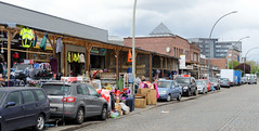 Bilder aus dem Hamburger Stadtteil Rothenburgsort - Bezirk Mitte. Lagerhäuser an der Billstraße werden von kleinen Geschäften für den Direktverkauf von unterschiedlichsten Waren genutzt.