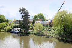 Fotos  aus dem Hamburger Stadtteil Rothenburgsort - Bezirk Mitte. Hausboot an der Bille - am Ufer Gewerbe / Fahrzeughandel.