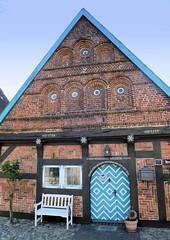 Bilder aus Wöhrden, Gemeinde im Kreis Dithmarschen - Metropolregion Hamburg. Aufwändig restauriertes Fachwerkgebäude des denkmalgeschützten Materialienhauses im Wöhrdener Dorfkern - die Fachwerkfüllung sind mit Schmuckanordnungen.