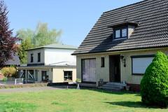 Fotos aus der Gemeinde Bönnigstedt - Kreis Pinneberg - Metropolregion Hamburg. Wohn- und Geschäftsgebäude mit gelber Klinkerfassade  in der Bönningstedter Kieler Straße.
