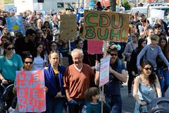 Demonstration Friday for the Future - globaler Klimastreik am 24.05.19 in der Hansestadt Hamburg. DemonstrantInnen protestieren mit selbstgemalten Schildern / Plakaten  - Aufschrift z.B. CDU BUH!