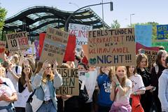 Demonstration Friday for the Future - globaler Klimastreik am 24.05.19 in der Hansestadt Hamburg. DemonstrantInnen protestieren mit selbstgemalten Schildern / Plakaten   - Aufschrift z.B. Fehlstunden verkraftet man, den Klimawandel nicht.