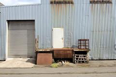 Bilder aus dem Hamburger Stadtteil Rothenburgsort - Bezirk Mitte. Blechfassade und Laderampe eines Lagergebäudes in der Billstraße.