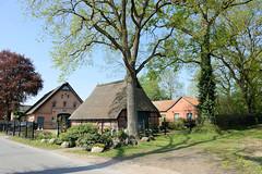 Fotos aus der Gemeinde Bönnigstedt - Kreis Pinneberg - Metropolregion Hamburg.Scheunen und landwirtschaftliche Gebäude / Friedenseiche in der Bönningstedter Dorfstraße.