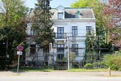 Fotos aus der Gemeinde Bönnigstedt - Kreis Pinneberg - Metropolregion Hamburg. Historisches Mehrfamilienhaus mit Ziergitter in der Bönningstedter Kieler Straße.