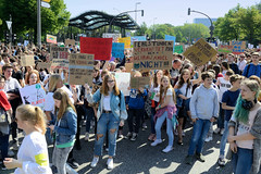 Demonstration Friday for the Future - globaler Klimastreik am 24.05.19 in der Hansestadt Hamburg.  DemonstrantInnen protestieren mit selbstgemalten Schildern / Plakaten   - Aufschrift z.B. Fehlstunden verkraftet man, den Klimawandel nicht.