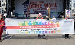 Demonstration Ein Europa für alle am 19.05.2019 mit   ca. 12 000 TeilnehmerInnen in der Hansestadt Hamburg. Auftaktveranstaltung auf dem Hamburger Rathausmarkt - Transparent Ein anderes Euopa ist möglich / sozial, ökologisch, solidarisch.