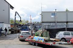 Fotos  aus dem Hamburger Stadtteil Rothenburgsort - Bezirk Mitte. Schrotthändler an der Billstraße  - Anlieferung von Schrottteilen auf einem Autotransporter.