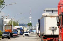 Fotos  aus dem Hamburger Stadtteil Rothenburgsort - Bezirk Mitte.  Parkende Lastwagen in der Straße Mühlenhagen - im Hintergrund der Hamburger Fernsehturm.