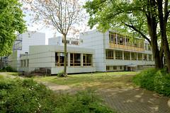 Fotos aus dem Hamburger Stadtteil Borgfelde - Bezirk Hamburg Mitte.  Schularchitektur der staatlichen Gewerbeschule Ernährung und Hauswirtschaft - G3 - am Brekelbaums Park.