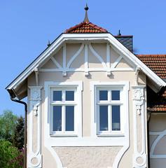 Fotos aus der Gemeinde Bönnigstedt - Kreis Pinneberg - Metropolregion Hamburg. Gründerzeitvilla mit aufgesetztem Fachwerkdekor - und verzierten Stuckelementen in der Bönningstedter Kieler Straße.