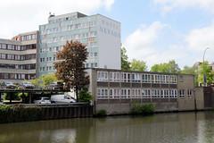 Bilder aus dem Hamburger Stadtteil Hamm - Bezirk Mitte. Blick  über den Mittelkanal zu Gebäuden aus der Zeit der 1960er Jahre am Kanalufer sowie ein Hotelblock am Grevenweg.