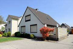 Fotos aus der Gemeinde Bönnigstedt - Kreis Pinneberg - Metropolregion Hamburg. Wohnhäuser / Einzelhäuser mit gelber Ziegelfassade - Terrasse mit wabenförmigen Glassteinen abgegrenzt.