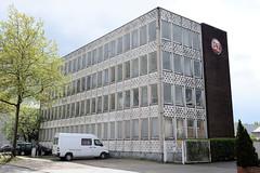 Bilder aus dem Hamburger Stadtteil Rothenburgsort - Bezirk Mitte. Verwaltungsgebäude mit Fassadendekor im Stil der 1960er Jahre in der Billstraße.