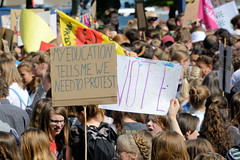 Demonstration Friday for the Future - globaler Klimastreik am 24.05.19 in der Hansestadt Hamburg. DemonstrantInnen protestieren mit selbstgemalten Schildern / Plakaten  - Aufschrift z.B. My education tells me we need to protest.