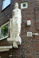Bilder aus dem Hamburger Stadtteil Hamm - Bezirk Mitte.  Weiße weibliche Skulptur mit Reh an der Hausfassade eines Klinkergebäudes an der Eiffestraße.