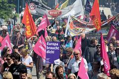 Demonstration Ein Europa für alle am 19.05.2019 mit   ca. 12 000 TeilnehmerInnen in der Hansestadt Hamburg. Demonstrationszug mit Fahnen, Transparenten und Schilder Europa braucht dich.