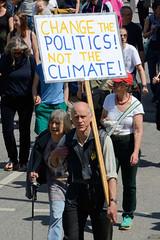 Demonstration Ein Europa für alle am 19.05.2019 mit   ca. 12 000 TeilnehmerInnen in der Hansestadt Hamburg. Schild mit dem Slogan: CHANCE THE POLITICS! NOT THE CLIMATE!
