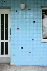 Fotos aus dem Hamburger Stadtteil Borgfelde - Bezirk Hamburg Mitte. Architektur der 1960er Jahre - Hauseingang mit blauen Mosaiksteine im Ausschlägerweg.