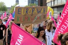 Demonstration Ein Europa für alle am 19.05.2019 mit   ca. 12 000 TeilnehmerInnen in der Hansestadt Hamburg. Demonstrantinnen mit Fahnen und Pappschild - Europawahl ist Klimawahl.