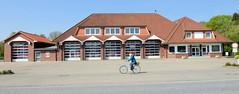 Fotos aus der Gemeinde Bönnigstedt - Kreis Pinneberg - Metropolregion Hamburg. Gebäude der Bönningstedter Freiwilligen Feuerwehr - Einfahrten für fünf Löschfahrzeuge - in der Bönningstedter Kieler Straße.