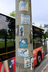 Fotos aus dem Hamburger Stadtteil Borgfelde - Bezirk Hamburg Mitte. Sticker an  einem Laternenmast in der Hauptverkehrsstraße Eiffestraße.