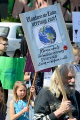 Demonstration Friday for the Future - globaler Klimastreik am 24.05.19 in der Hansestadt Hamburg. DemonstrantInnen protestieren mit selbstgemalten Schildern / Plakaten  - Aufschrift z.B. Planetarier aller Länder, vereinigt euch!
