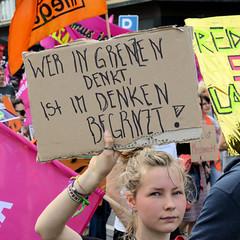 Demonstration Ein Europa für alle am 19.05.2019 mit   ca. 12 000 TeilnehmerInnen in der Hansestadt Hamburg. Demonstrantin mit Pappschild: Wer in Grenzen denkt, ist im Denken begrenzt.