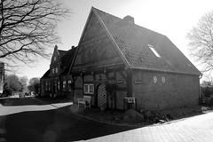 Bilder aus Wöhrden, Gemeinde im Kreis Dithmarschen - Metropolregion Hamburg. Historische Bebauung im Ortskern, im Vordergrund das denkmalgeschützte sogen. Materialienhaus.