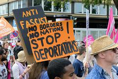 Demonstration Ein Europa für alle am 19.05.2019 mit   ca. 12 000 TeilnehmerInnen in der Hansestadt Hamburg.  Demonstrantinnen mit Fahnen und Schildern -   No borders, no nations. Stop Deportationen!