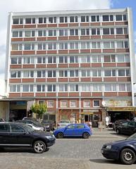 Bilder aus dem Hamburger Stadtteil Rothenburgsort - Bezirk Mitte. Mehrstöckiges Verwaltungsgebäude - Architektur der 1960er Jahre - in der Billstraße; das Erdgeschoss wird von kleinen Geschäften für den Straßenverkauf genutzt.