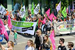 Demonstration Ein Europa für alle am 19.05.2019 mit   ca. 12 000 TeilnehmerInnen in der Hansestadt Hamburg. Demonstrationszug mit Fahnen, Transparenten und Schildern.