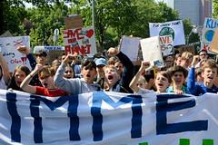 Demonstration Friday for the Future - globaler Klimastreik am 24.05.19 in der Hansestadt Hamburg. DemonstrantInnen mit selbstgemalten Schildern demonstrieren hinter einem Transparent.