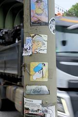 Fotos aus dem Hamburger Stadtteil Borgfelde - Bezirk Hamburg Mitte. Stickers an  einem Laternenmast in der Hauptverkehrsstraße Eiffestraße.